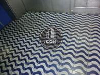 床が青い波模様になっています