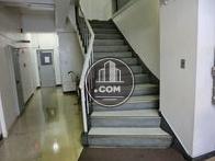 階段には手摺が施されてます