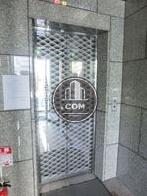 鏡面仕様のエレベーター扉