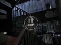 隣地建物で暗い外階段です