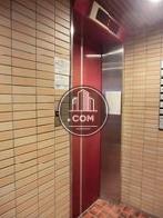 赤い扉のエレベーター