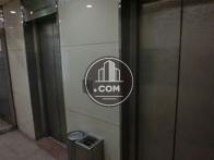銀色の扉のエレベーターです。