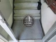 入り口入ってすぐ階段へ続きます