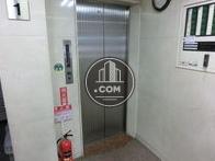 銀色の扉のエレベーターです