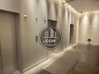 1階エレベーターホール、抑えた照明がシックな印象を与えてくれます