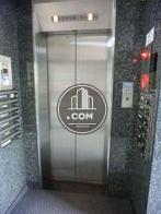 シルバー扉のエレベーターです