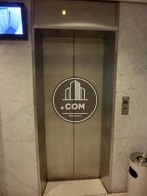 エントランスにエレベーター室内ディスプレイ完備です