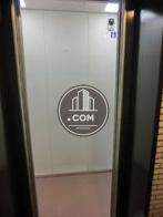エレベーター内はカーペット張りです
