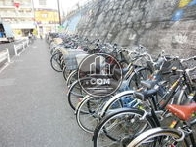 線路沿いは多くの自転車が駐輪されております