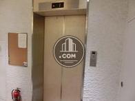 シックな色のエレベーターです