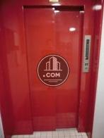 赤いドアのエレベーターがあります