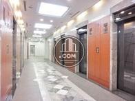 明るい色調のエレベーターホール