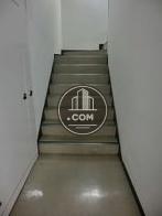 エントランス奥に階段があります