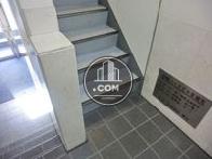 エレベーター前に上階への階段があります