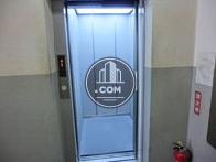 奥行きのあるエレベーターです