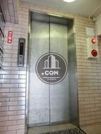 エレベーター乗り場前