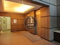 広々としたエントランス、エレベーターは2台設置されています