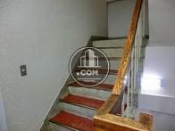 赤が目を引く階段のデザイン