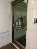 エントランスからエレベーターの間は扉で仕切られています
