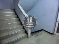 階段で入口前
