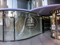 1階のテナント入口は曲線を描いたガラス壁が
