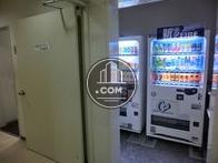 1階奥の廊下に自動販売機があります