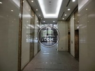 エレベーターホールから見たエントランス・玄関です