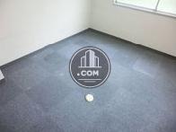 床はタイルカーペットです