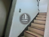 非常用の階段はエントランス奥にございます