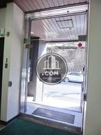 両サイドに開くタイプのガラス扉