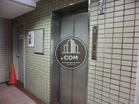 9人乗りエレベーターが一基あります