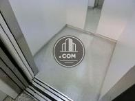 エントランスと統一感のあるエレベーター内