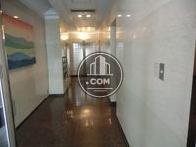 床面が照明を反射させる程の清潔に保たれております。