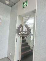 エントランスホール横、建物内の非常階段です